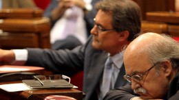 Catalan president Artur Mas in the company, on his left, of the region's minister for the Economy.