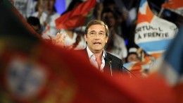 Pedro Passos Coelho, Portugal's prime minister, delivers a speech to his supporters during a political rally ahead of the election in Braga, Portugal, on Sunday, Sept. 27, 2015. Coelho's governing coalition faces the Socialists, which requested the 2011 international rescue and then backed some of the bailout's most important elements when cast out of power. Photographer: Paulo Duartes/Bloomberg *** Local Caption *** Pedro Passos Coelho
