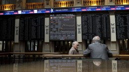 El Ibex sigue con pérdidas, aunque sobre mínimos, tras el referéndum griego